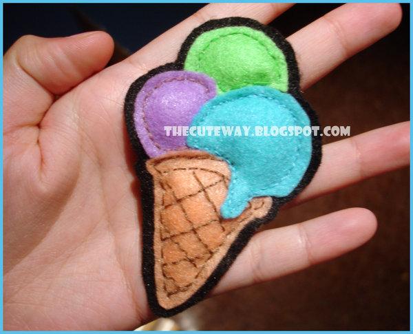 Broche o adorno de fieltro con forma de un helado de galleta y bolas
