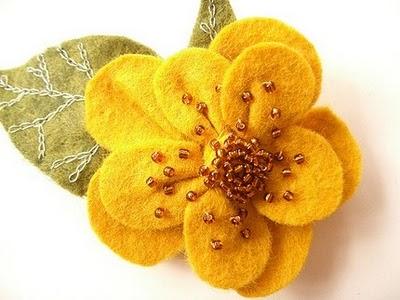 Broche de fieltro en forma de flor con abalorios como decoración, estilo otoñal