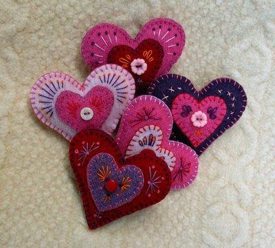 Broches de fieltro con forma de corazón