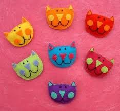 Broches de fieltro con forma de gatos graciosos al estilo comic de colores