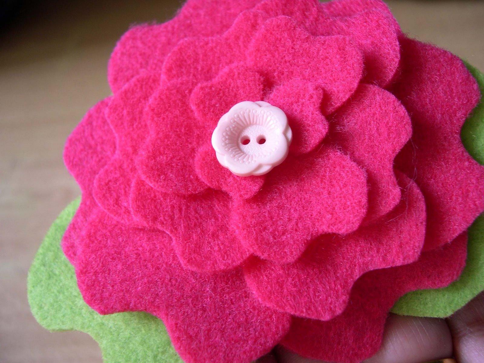 Broche fieltro forma flor peonía