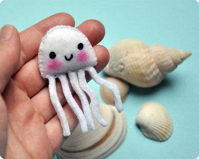 Broche de fieltro gracioso y original e forma de medusa