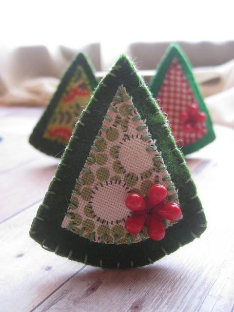 Broche de fieltro con forma de árbol de Navidad