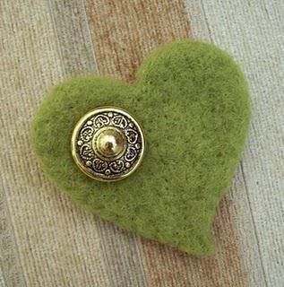 Broche de feltro vintage con un corazón verde y un boton