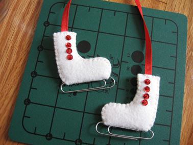 Adorno de fieltro gracioso y original de patines sobre hielo para Navidad