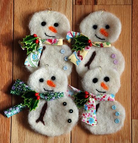 Adorno para Navidad en fieltro y tela, muñeco de nieve