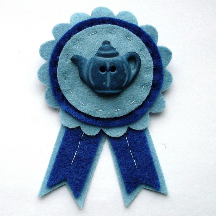 Broche de fieltro vintage y bontio con una tetera azul