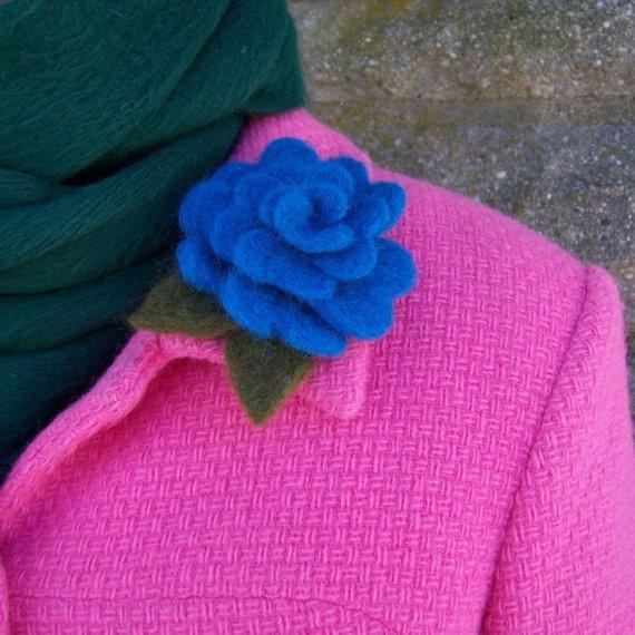 Rosa azul, broche de fieltro invierno