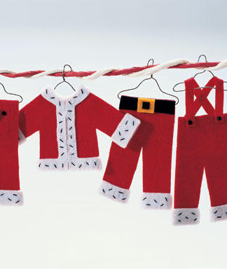 Adorno de fieltro Navidad con la ropa de Santa Claus colgada de un armario