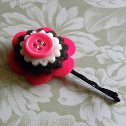Horquilla o clip de pelo con una flor de fieltro
