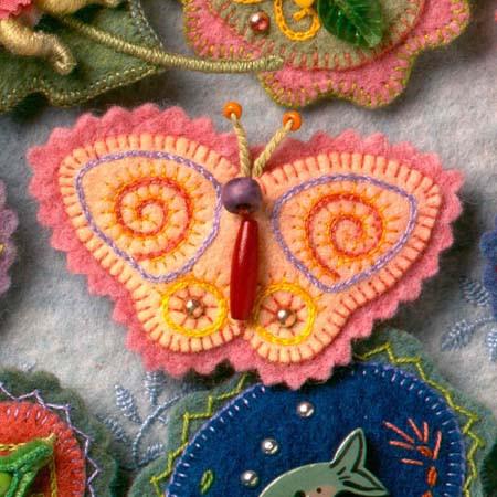 Broche de fieltro con forma de mariposa y bordados