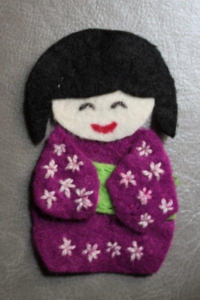 Broche de fieltro con forma de muñeca japonesa con kimono, kokeshi
