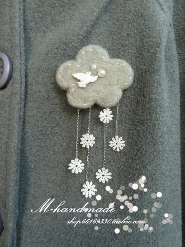 Broche de fieltro invierno, nube con copos de nieve