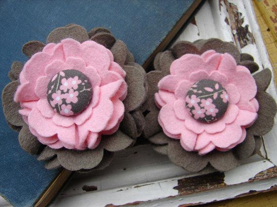 Broche con una flor de fieltro en rosa y marrón con botón en medio