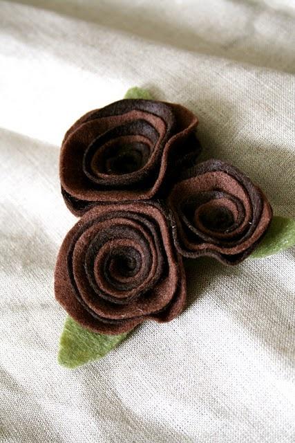 Broche de fieltro con tres rosas marrones, fácil de hacer