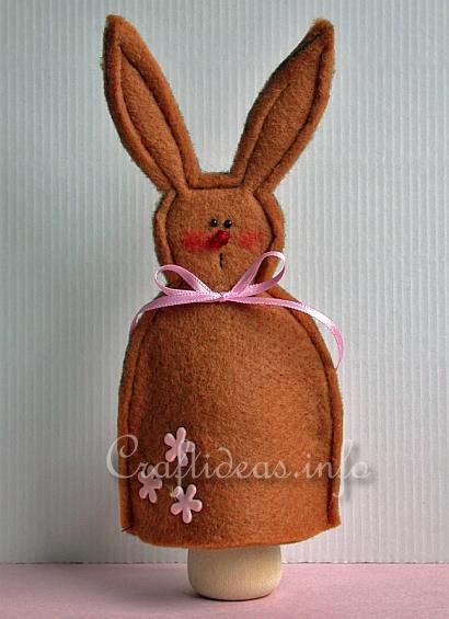 Manualidad en fieltro, marioneta de mano con forma conejo