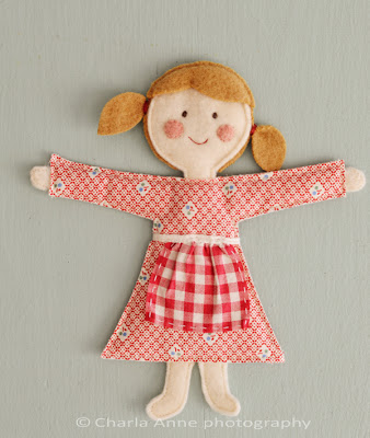 Manualidad de muñeca hecha con fieltro y tela