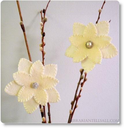 decorar un jarrn con ramas secas y flores de fieltro