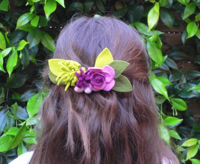 Manualidades de fieltro, pasador del pelo con flores