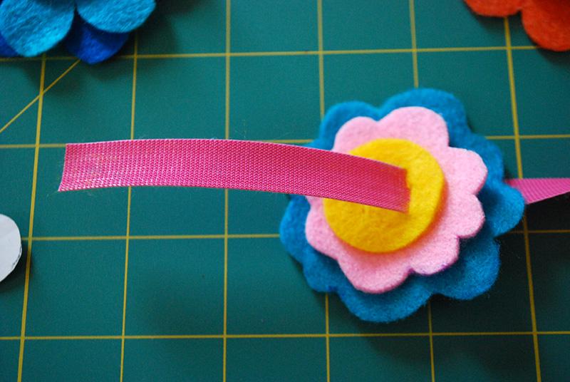 pulseras-flores-fieltro-paso-a-paso-7