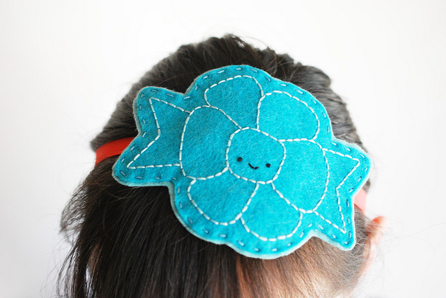 Diadema de fieltro con forma de flor