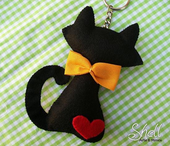 Gato negro con pajarita de fieltro llavero broches de - Fundas para unas de gato ...