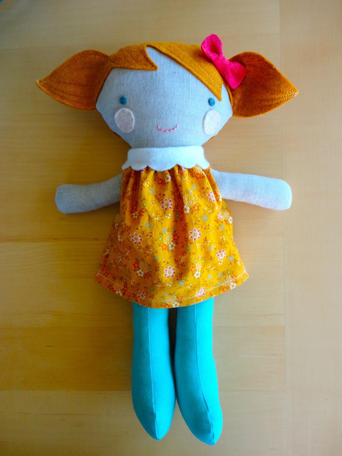 Muñeca de fieltro y tela