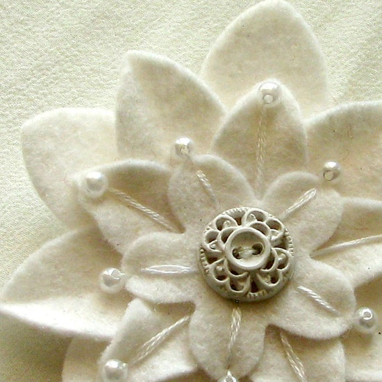 Flor de fieltro bonita con abalorio vintage