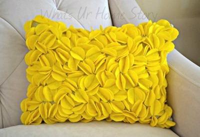 Cojín o almohadón decorado con círculos de fieltro
