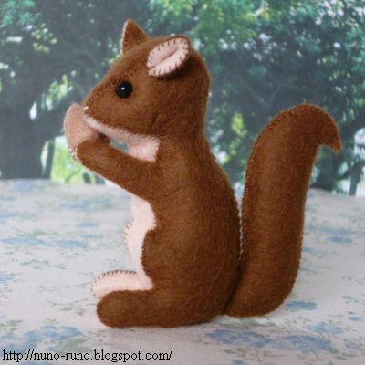 Muñeco de peluche con forma de ardilla hecho con fieltro