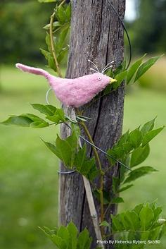 Pájaro de fieltro parecido a Ave del Paraíso para decorar jardín