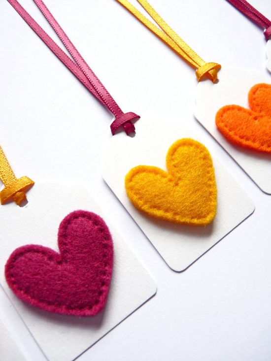 Etiquetas para decorar regalos con corazones de fieltro for Decorar regalos