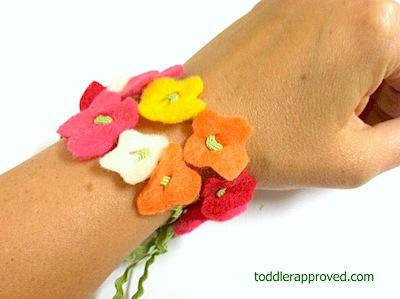 Pulsera con flores de fieltro, manualidad fácil niños