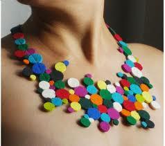 Manualidades, collar hecho con círculos de colores de fieltro