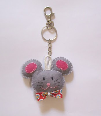 Llavero gracioso con un ratón de fieltro y tela