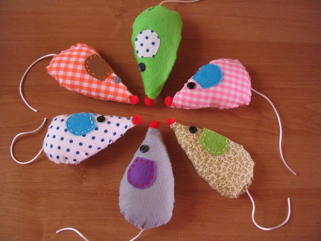 Peluche de fieltro y tela con forma de ratón