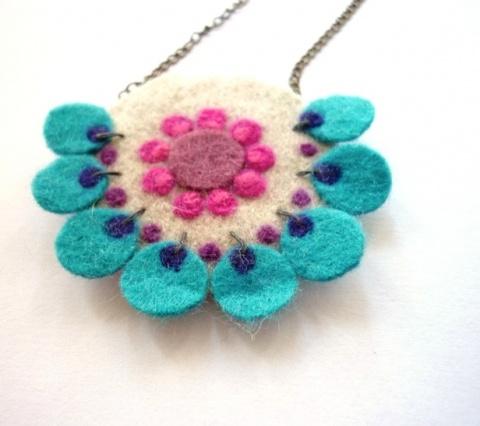 Collar hecho con flores de fieltro