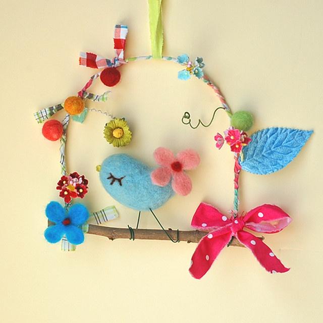Manualidades en fieltro, móvil con pájaro de fieltro para decorar una habitación infantil