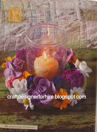 Corona de flores de fieltro alrededor de portavelas