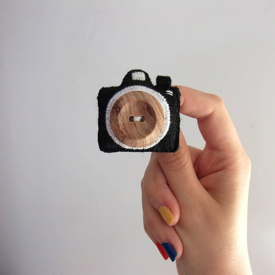 Broche original de fieltro botón madera y forma de cámara de fotos