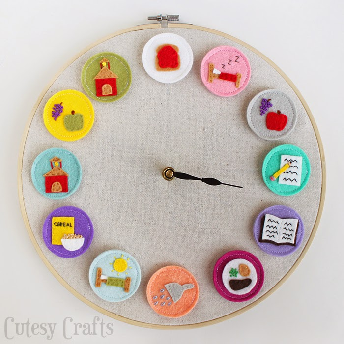 Manualidades, reloj hecho con bastidor de bordar y fieltro