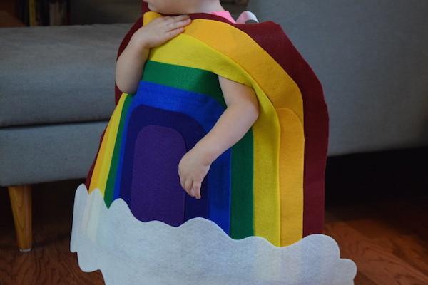 Disfraz arcoiris y nube hecho en fieltro