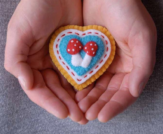 Patrón para broche de fieltro: Corazón y Setas
