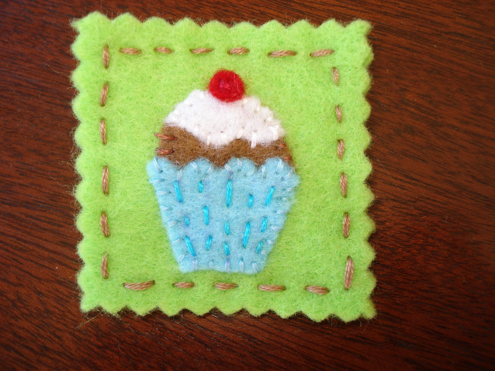 Patrón para borche de fieltro con forma cupcake