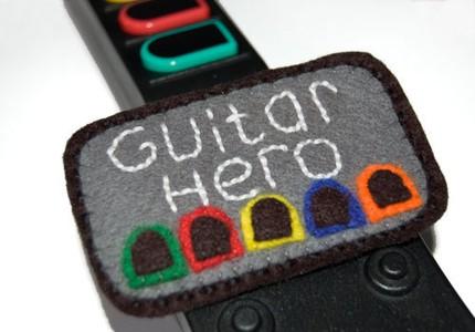 Original Broche de fieltro friki con motivos del videojuego Guitar Hero