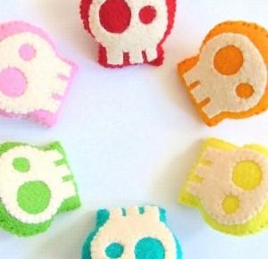 Broches o clips de fieltro con forma de calaveras de colores