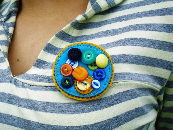 Broche de fieltro con muchos botones