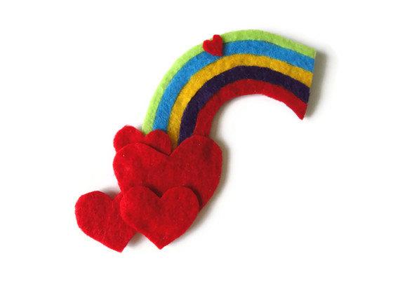 Broche de fieltro con forma de corazón y arcoiris