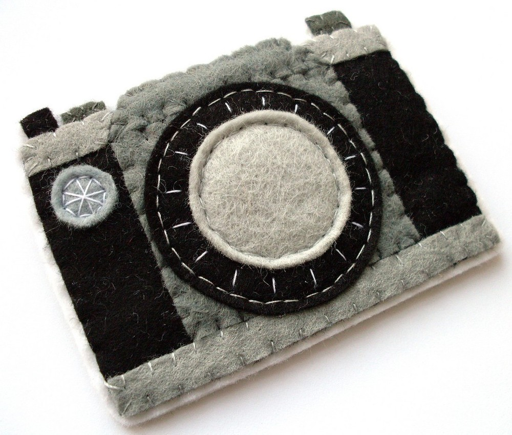 Broche de fieltro con forma de cámara antigua