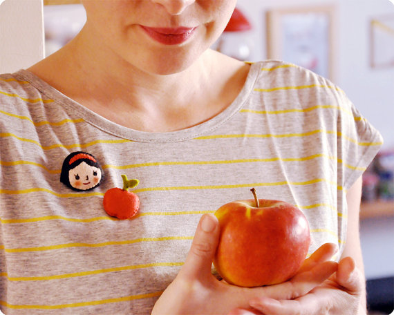 Broche de fieltro de Blancanieves y manzana